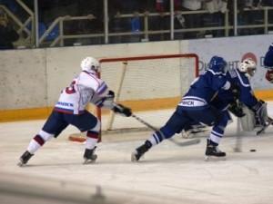 Смоленских хоккеистов дважды разгромили на собственном льду