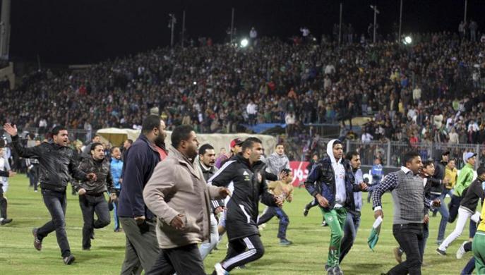 Футбол ушел, пришла война… 73 болельщика погибли на футбольном матче в Египте, более трехсот ранены. Видео трагических событий.