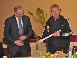 Глава Дагестана подарил Хиддинку кинжал