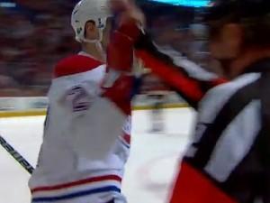 Игрок «Монреаль Канадиенс» отпраздновал свой гол с арбитром