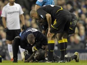 «Держись, Фабрис!» Лондонские врачи борются за жизнь полузащитника «Болтона» Фабриса Муамбы, у которого случился сердечный приступ во время матча