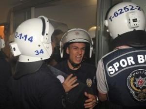 Фанатов «Галатасарая» разогнали газом в аэропорту