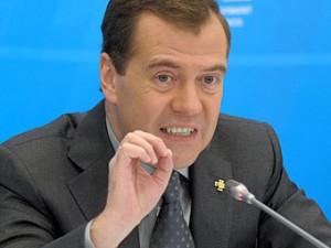 Медведев предложил сажать болельщиков за брошенные петарды