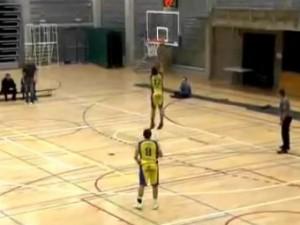 Бельгийский баскетболист четыре раза попытался забросить мяч в свое кольцо