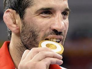Олимпийский чемпион заподозрил российских тренеров по борьбе в подделке документов