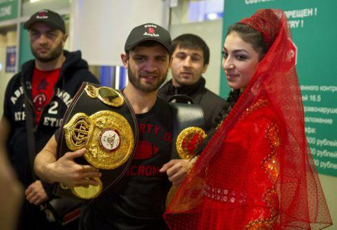 Чемпиона встречали танцами