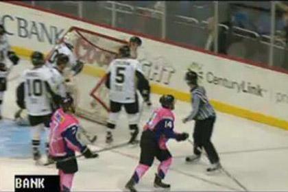 Хоккейный голкипер бросил ворота в судью