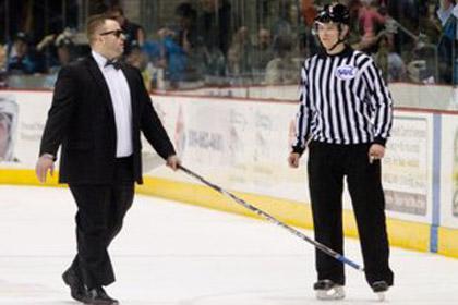 Хоккейный тренер изобразил слепого на льду