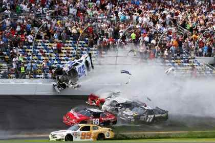 На финише гонки NASCAR в Дайтоне столкнулись 10 автомобилей