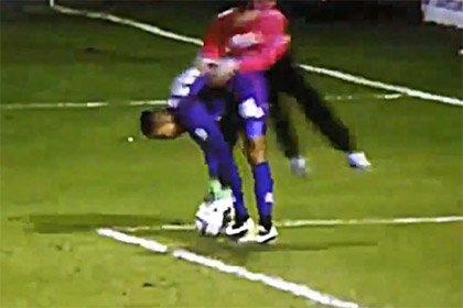 Английский болельщик прыгнул на вратаря во время матча