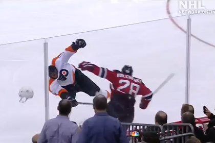Российский игрок НХЛ сбил шлем с соперника