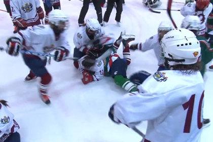 Хоккеистки-школьницы устроили массовую драку на льду