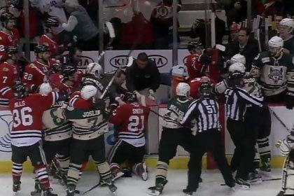 Хоккеисты устроили массовую драку на скамейке запасных