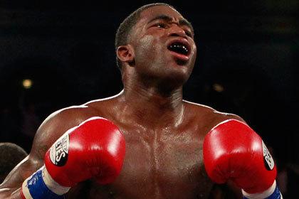 Чемпион мира по боксу укусил охранника