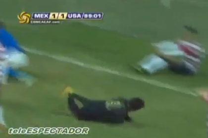 Вратарь поставил подножку забившему гол футболисту