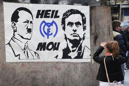 Моуринью поместили на один плакат с Гитлером