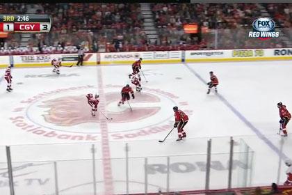 Игрок НХЛ забросил шайбу с центра площадки