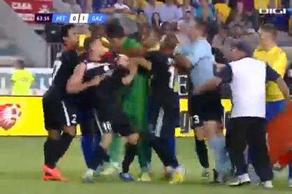 Вратарь укусил футболиста в матче с шестью удаленяими