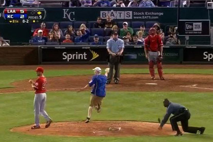В США болельщик выбежал на поле и обокрал бейсболиста