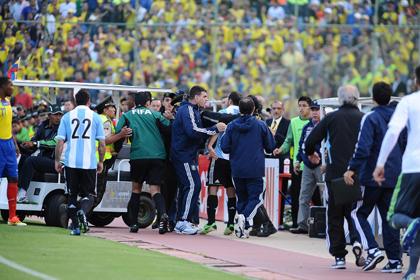Игрока сборной Аргентины удалили за удар водителя электрокара