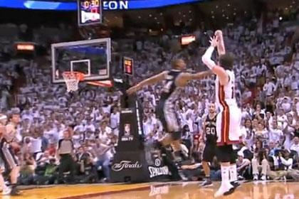Участник финала НБА забросил трехочковый в одной кроссовке