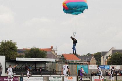 В Англии парашютист прервал футбольный матч