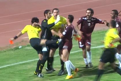В Кувейте судья подрался с футболистами