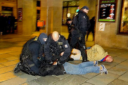 Фанаты ЦСКА ранили двух полицейских в Праге