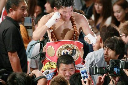 Чемпион мира по боксу сохранил титул после поражения