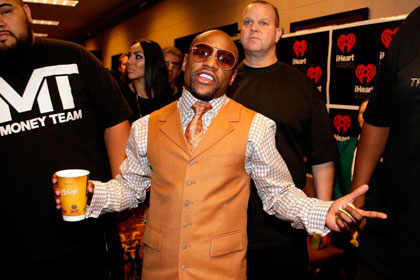 Лучшему боксеру мира предсказали потерю всех денег