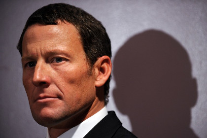 Употреблявшего допинг велогонщика Армстронга лишили ордена Почетного легиона