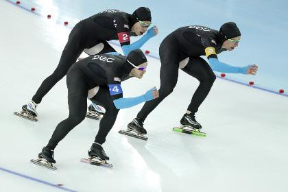 Успешно выступить в Сочи американским конькобежцам помешали новые костюмы