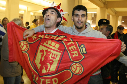 «МЮ» запретил фанату посещать матчи из-за банки пива