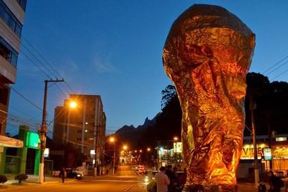 Вандалы сожгли шестиметровую копию кубка мира в Бразилии