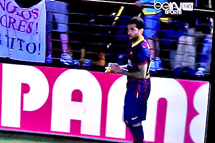 Бросившего в футболиста «Барселоны» банан болельщика арестовали