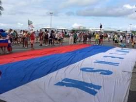 Болельщики сборной России прошлись по Рио-де-Жанейро с огромным триколором «Смоленск»