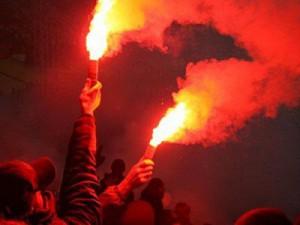 Футбольных фанатов скрутили за поджог пиротехники на стадионе