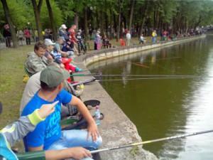 Первые парковые соревнования рыбаков обрадовали четыре десятка счастливчиков