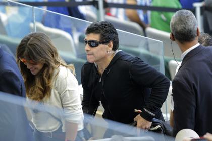 Марадона ударил репортера по лицу