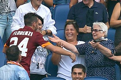 Хавбека «Ромы» наказали за празднование гола с бабушкой