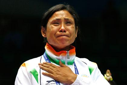 Женщину-боксера дисквалифицировали на год за отказ получить медаль