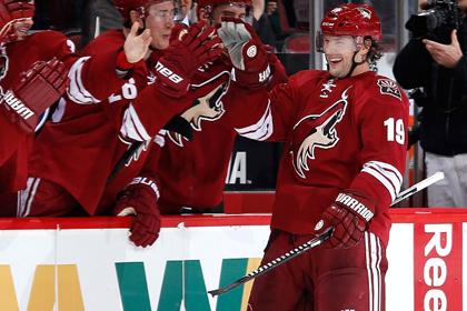 В НХЛ хоккеист забросил шайбу сломанной клюшкой