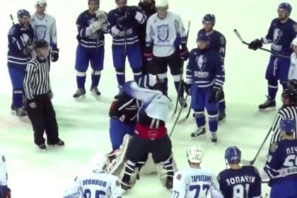Хоккейные вратари подрались в Белоруссии во время послематчевого рукопожатия