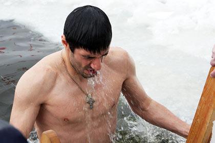 Футболисты «Урала» начали тренировку с крещенских купаний