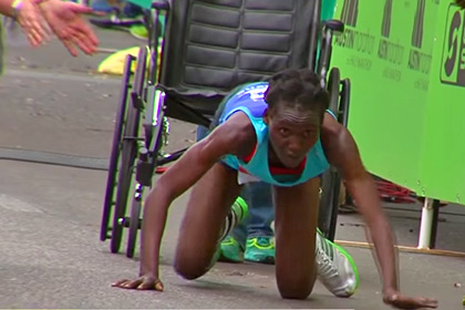 Кенийская бегунья финишировала на четвереньках