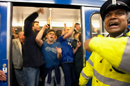 Фанаты «Челси» вытолкнули темнокожего мужчину из вагона парижского метро