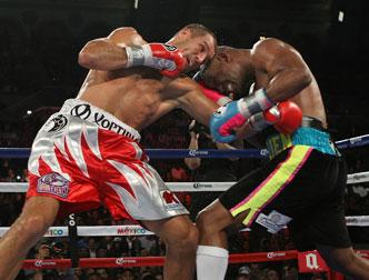 Боксер Ковалев защитил титулы чемпиона мира по версиям WBA, WBO и IBF