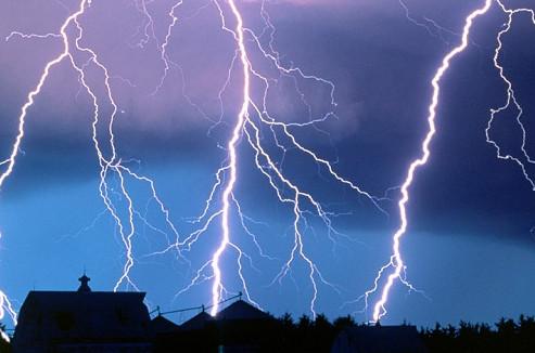 Как защитить деревянный дом от молнии