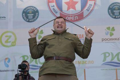 Главный физрук Орловской области согнул о голову 12 металлических прутьев