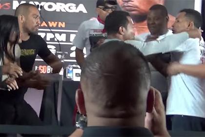 Никарагуанский боксер потрогал ягодицы девушки соперника ради рекламы боя